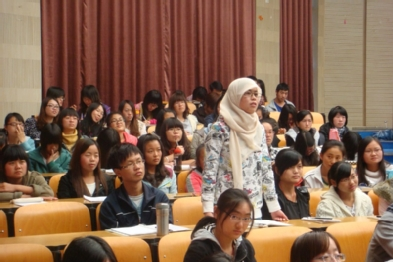 A student at Yunnan Normal University asking a question of Dr. Gareis.